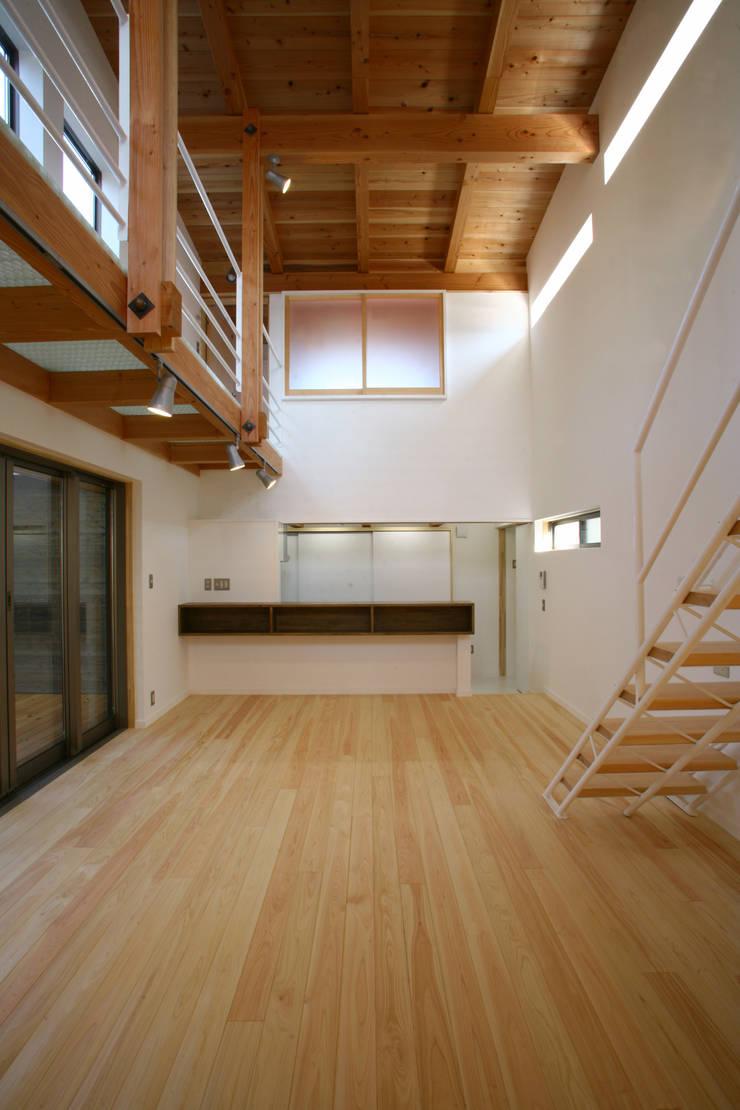 リビングダイニング: 白根博紀建築設計事務所が手掛けたダイニングです。