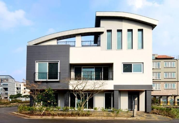 고급빌라 외관: (주)이지테크(EASYTECH Inc.)의  주택
