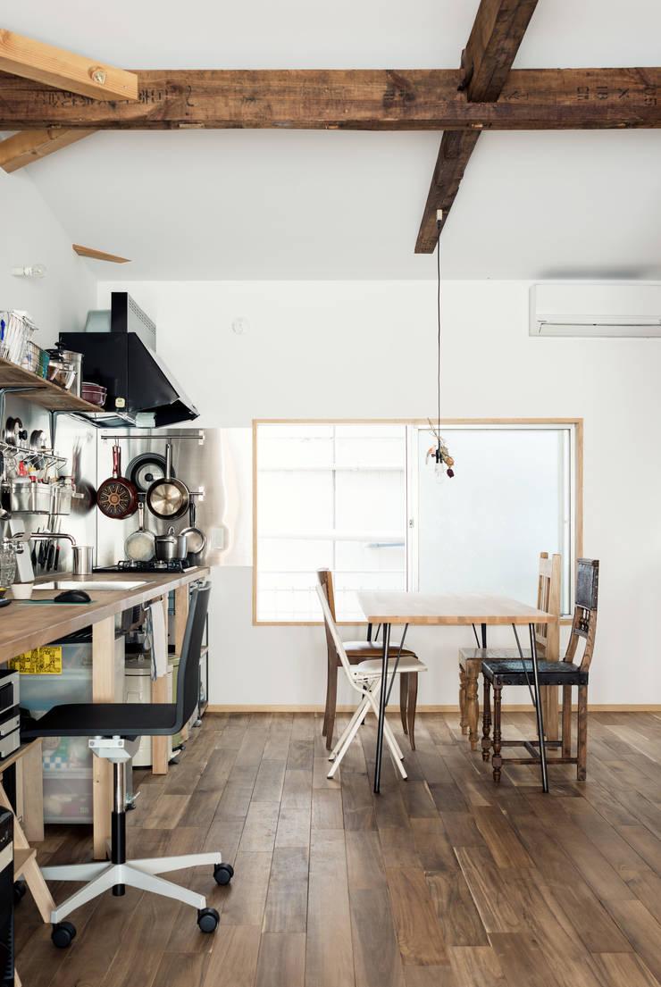 食卓: coil松村一輝建設計事務所が手掛けたダイニングです。,