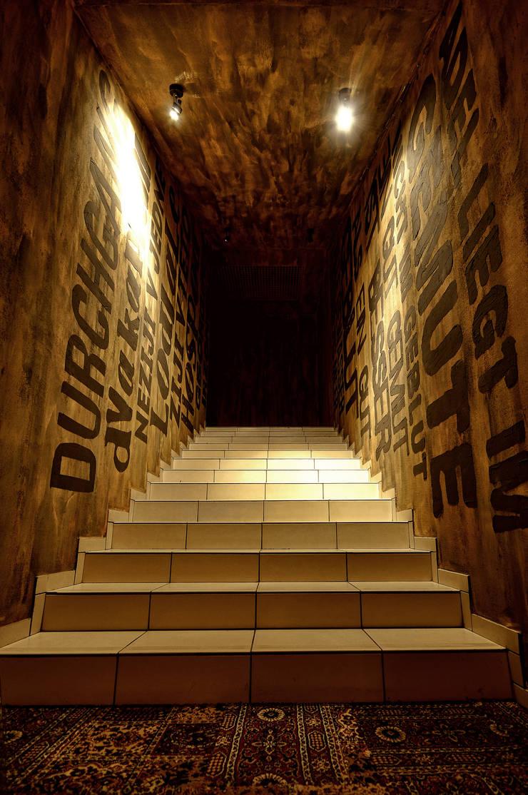 ARTPUB in Russia by ALLARTSDESIGN: Прихожая, коридор и лестницы в . Автор – ALLARTSDESIGN,