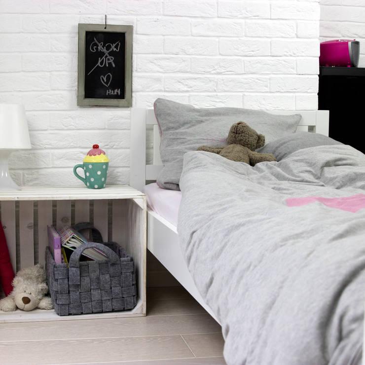 Pościel szara z nadrukowanym różowym sercem: styl , w kategorii Pokój dziecięcy zaprojektowany przez Nocne Dobra