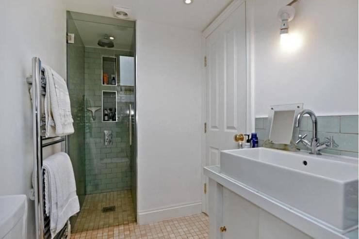 Bathroom:  Bathroom by Prestige Build & Management Ltd.