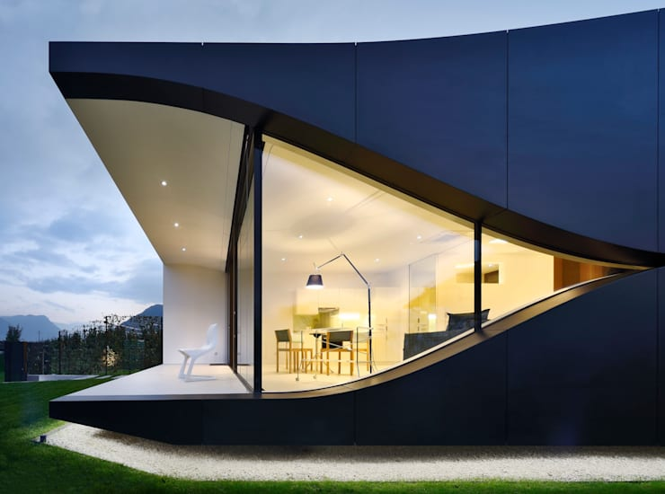 Mirror Houses: Case in stile  di Peter Pichler Architecture