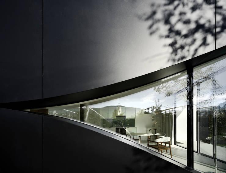Ventanas de estilo  por Peter Pichler Architecture