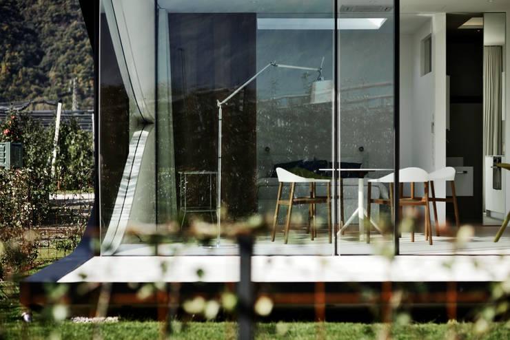 Mirror Houses Minimalist windows & doors by Peter Pichler Architecture Minimalist