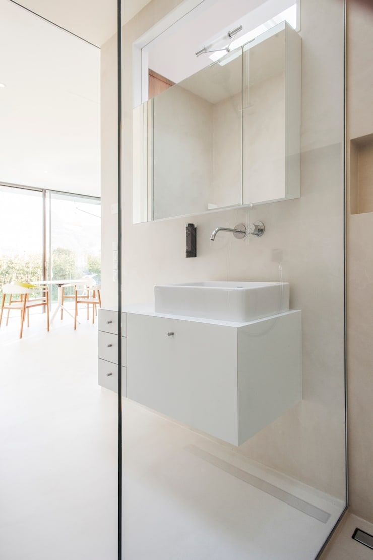 Mirror Houses Minimalist style bathrooms by Peter Pichler Architecture Minimalist