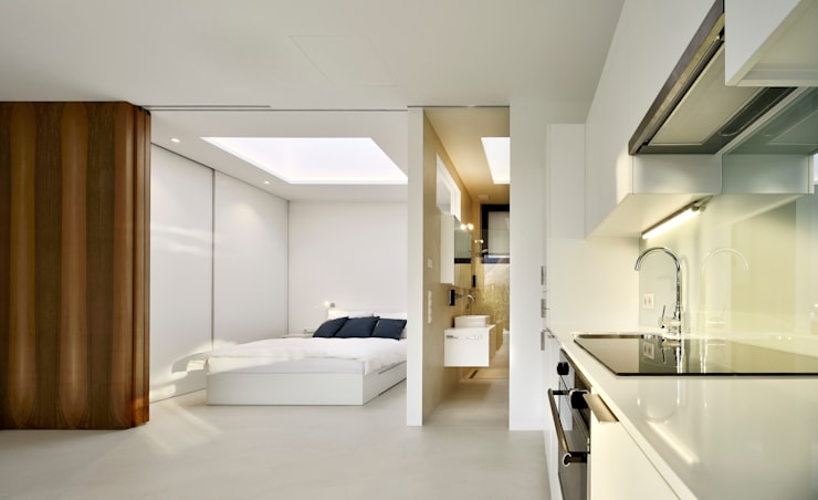 Mirror Houses: Camera da letto in stile  di Peter Pichler Architecture