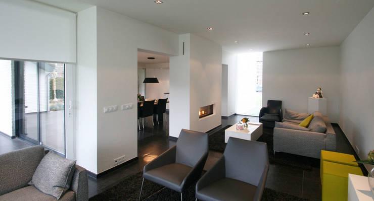 Aanbouw woning Landgraaf:  Woonkamer door SeC architecten, Modern