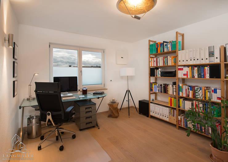 Banheiros  por Langmayer Immobilien & Home Staging , Moderno