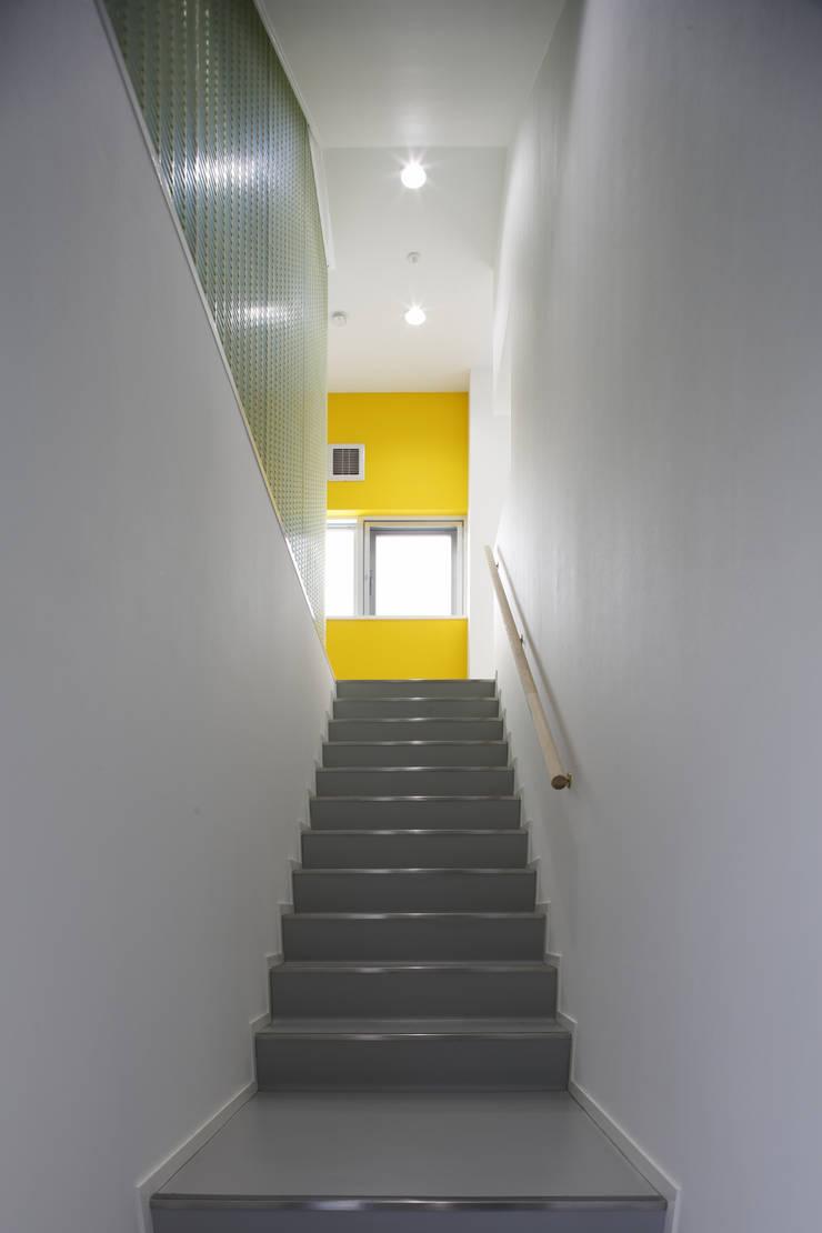 階段部分: 白根博紀建築設計事務所が手掛けたオフィスビルです。