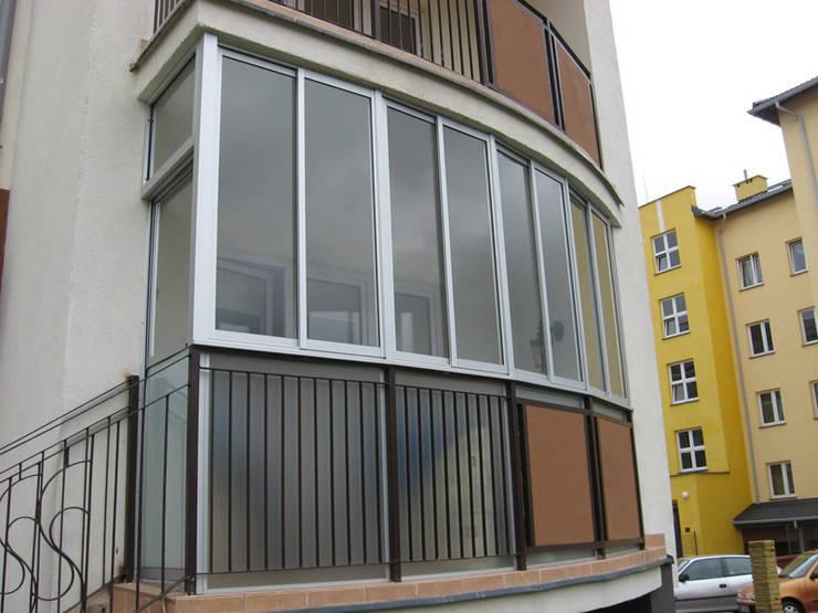 Zabudowa balkonu systemem ramowym przesuwnym: styl , w kategorii Taras zaprojektowany przez SERVIKO