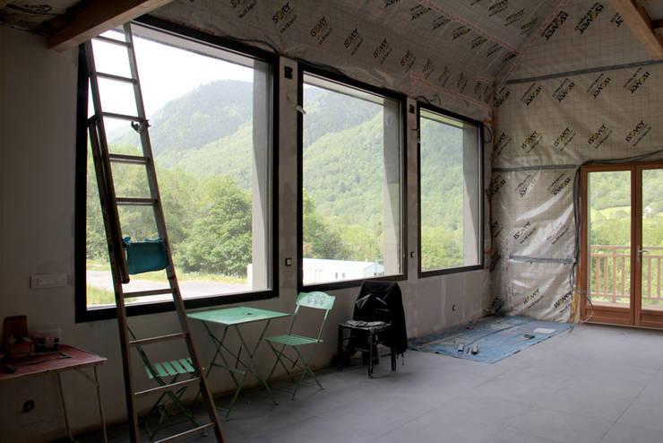 salon - chantier en cours: Salon de style de style Minimaliste par Atelier S
