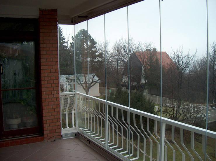 Zabudowa balkonu systemem bezramowym: styl , w kategorii Taras zaprojektowany przez SERVIKO