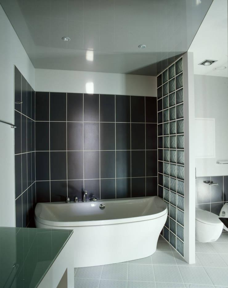 квартира на Авиационной: Ванные комнаты в . Автор – Disobject architects