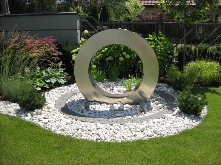 Fontanna w kształcie pierścienia: styl , w kategorii  zaprojektowany przez Sungarden - Projektowanie i urządzanie ogrodów
