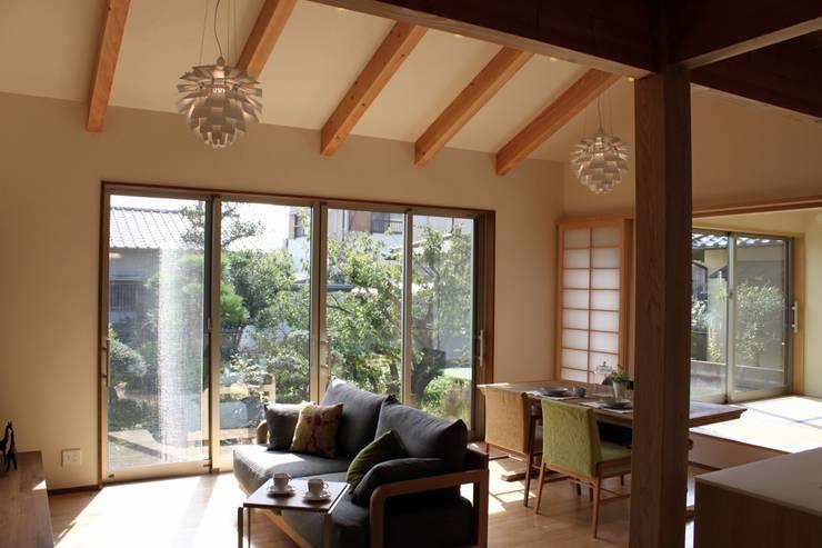 夢はかなえるもの: 石川泰之建築設計室が手掛けたリビングです。