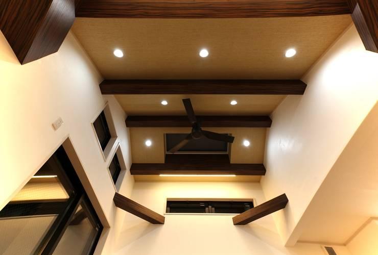 品川の住処: 株式会社ハウジングアーキテクト建築設計事務所が手掛けたリビングです。,和風
