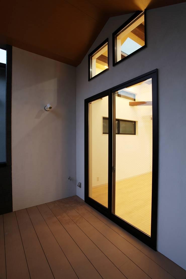 品川の住処: 株式会社ハウジングアーキテクト建築設計事務所が手掛けたテラス・ベランダです。,和風