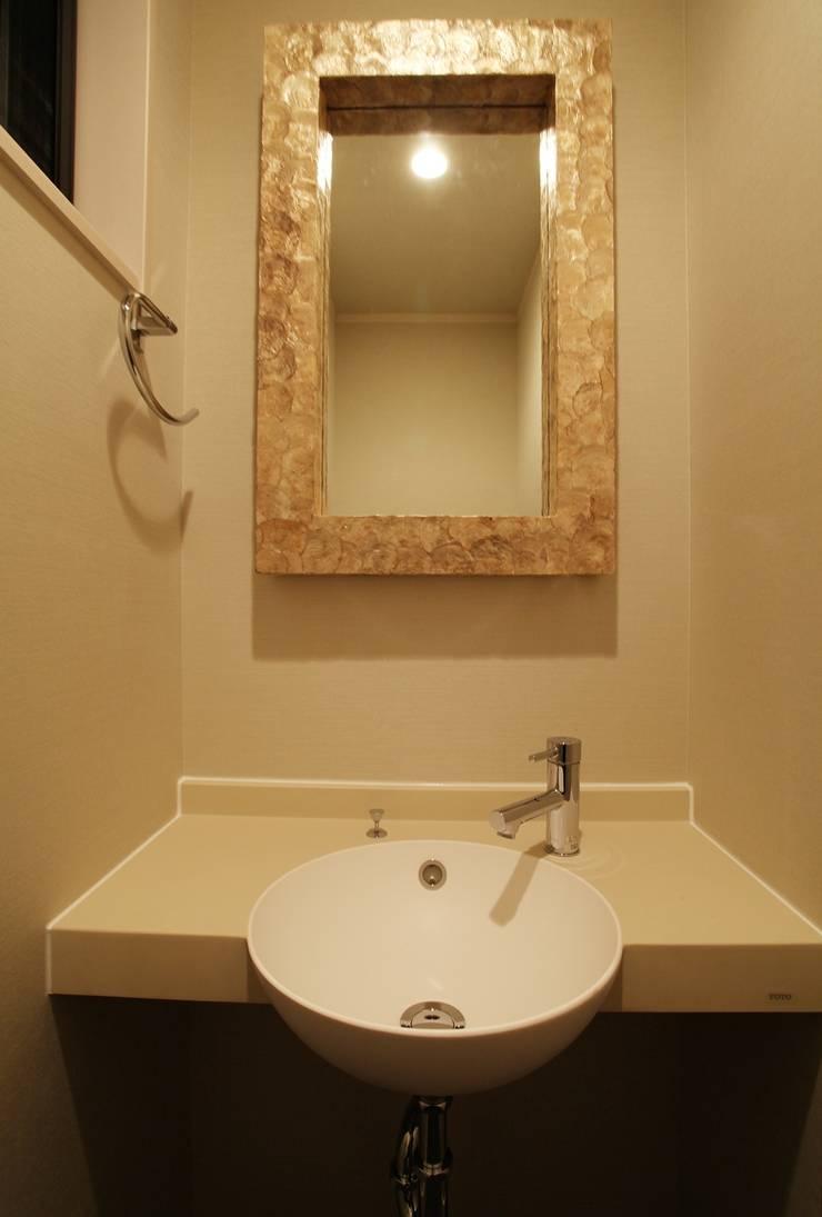 品川の住処: 株式会社ハウジングアーキテクト建築設計事務所が手掛けた浴室です。,和風