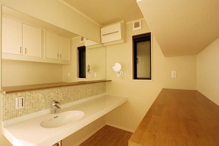 Ванные комнаты в . Автор – 株式会社ハウジングアーキテクト建築設計事務所
