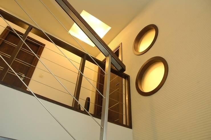 Dom prywatny w Gdyni 2009: styl , w kategorii Korytarz, przedpokój zaprojektowany przez formativ. indywidualne projekty wnętrz,