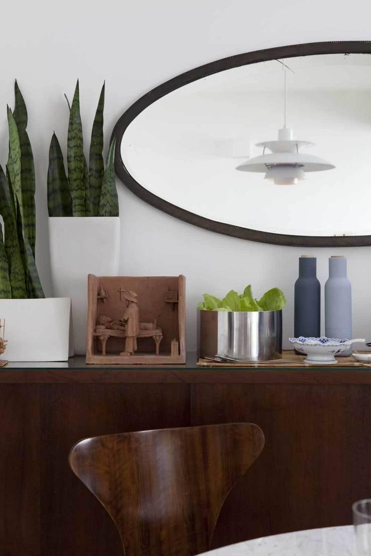 """Apto. Jardins - """"Decoração Brasileira com inspiração Nórdica"""": Sala de jantar  por AMMA PROJETOS,"""