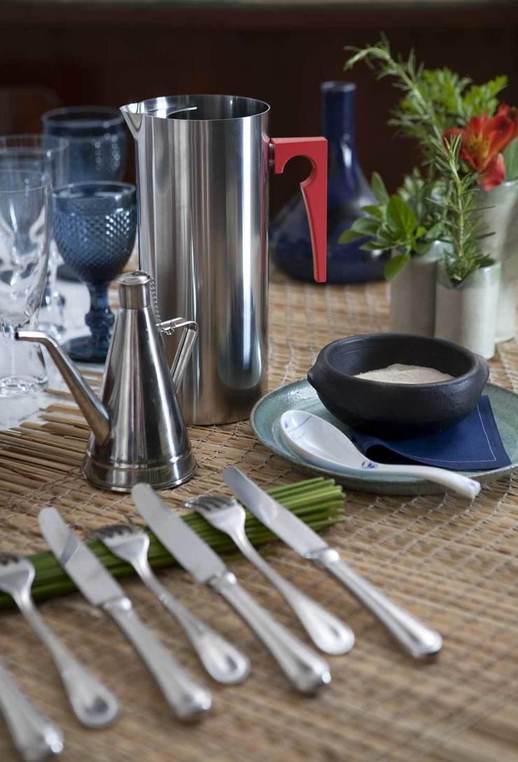 Apto. Jardins – <q>Decoração Brasileira com inspiração Nórdica</q>: Sala de jantar  por AMMA PROJETOS,