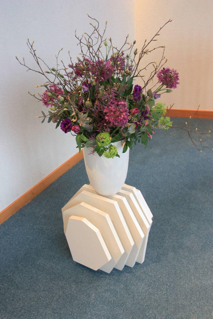 Meubel voor het bloemstuk:  Congrescentra door Tim van de Weerd, Modern