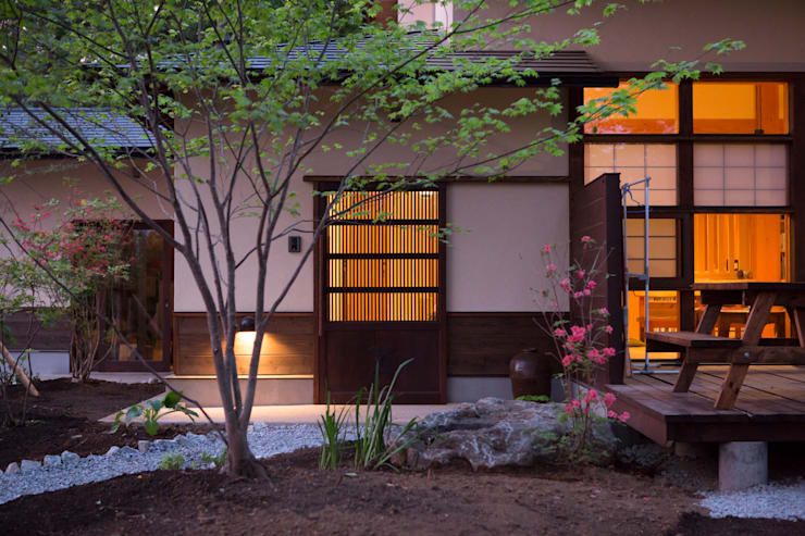 Casas de estilo ecléctico por 有限会社中村建築事務所