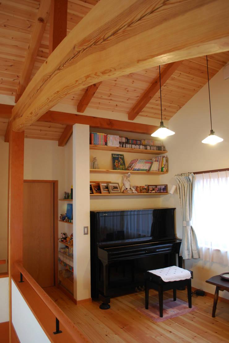 石和の舎‐赤松の梁があるピアノルーム: 有限会社中村建築事務所が手掛けた和室です。