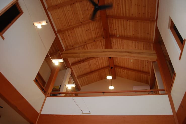 石和の舎‐無垢の木を見せた高い天井: 有限会社中村建築事務所が手掛けた壁です。