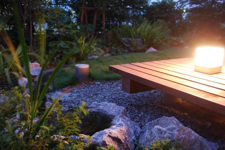 石和の舎‐井戸水が湧き出る庭、デッキ: 有限会社中村建築事務所が手掛けた庭です。