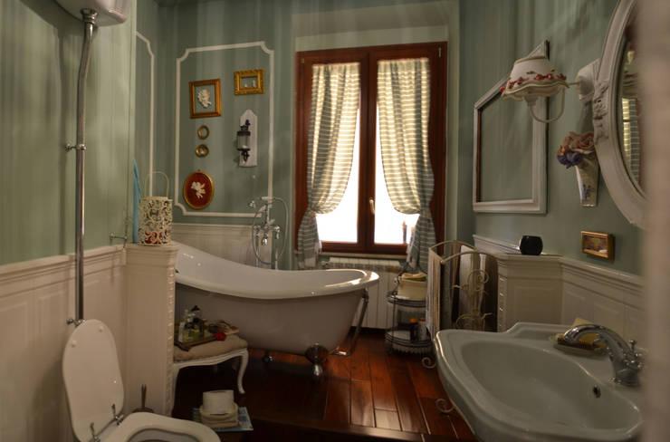il bagno: Bagno in stile  di arch. Paolo Pambianchi
