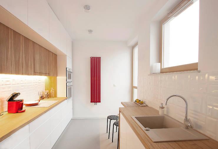 Nowoczesna kuchnia z drewnem (inspiracja rustykalna): styl , w kategorii Kuchnia zaprojektowany przez Kameleon - Kreatywne Studio Projektowania Wnętrz