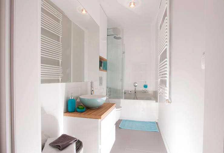 Łazienka w bieli: styl , w kategorii Łazienka zaprojektowany przez Kameleon - Kreatywne Studio Projektowania Wnętrz