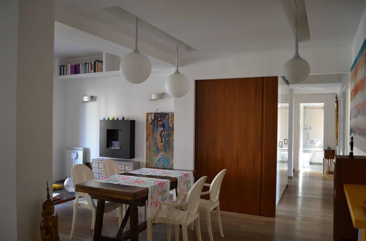 il soggiorno / pranzo: Soggiorno in stile in stile Minimalista di arch. Paolo Pambianchi