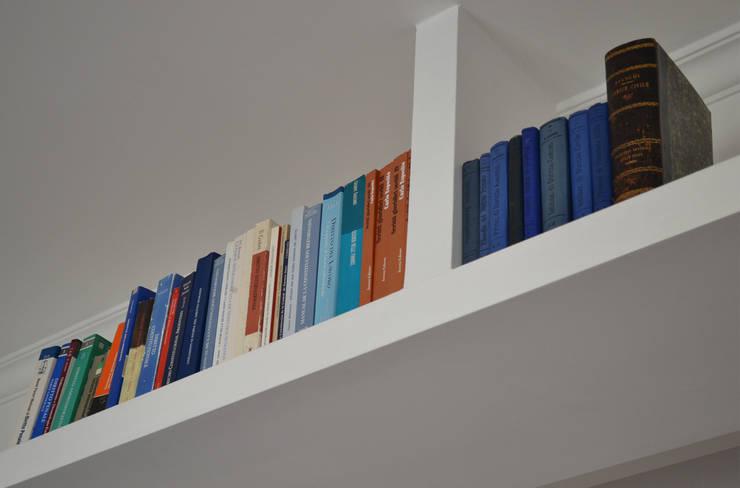 libreria: Soggiorno in stile in stile Minimalista di arch. Paolo Pambianchi