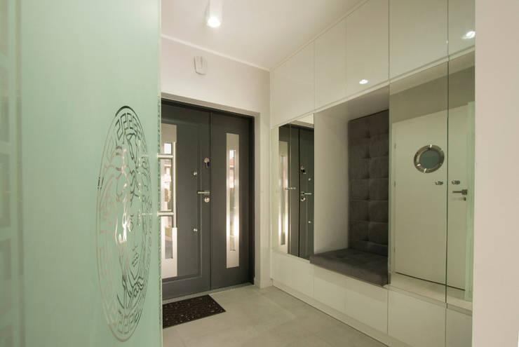 Luksusowe szarości: styl , w kategorii Korytarz, przedpokój zaprojektowany przez Kameleon - Kreatywne Studio Projektowania Wnętrz