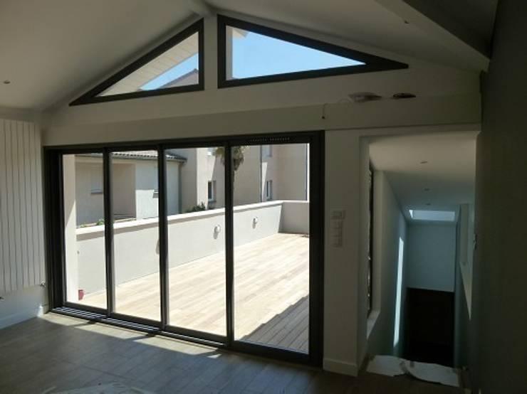 Rénovation Maison B: Salon de style  par FARACHE CLAUDE