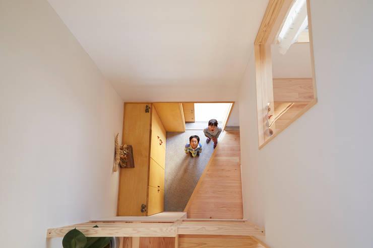 吹き抜け2: 一級建築士事務所co-designstudioが手掛けた廊下 & 玄関です。