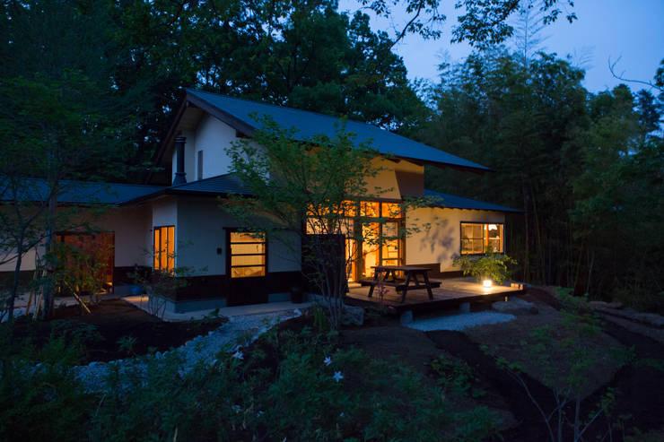 大泉の舎‐外観(テラス側より): 有限会社中村建築事務所が手掛けた家です。