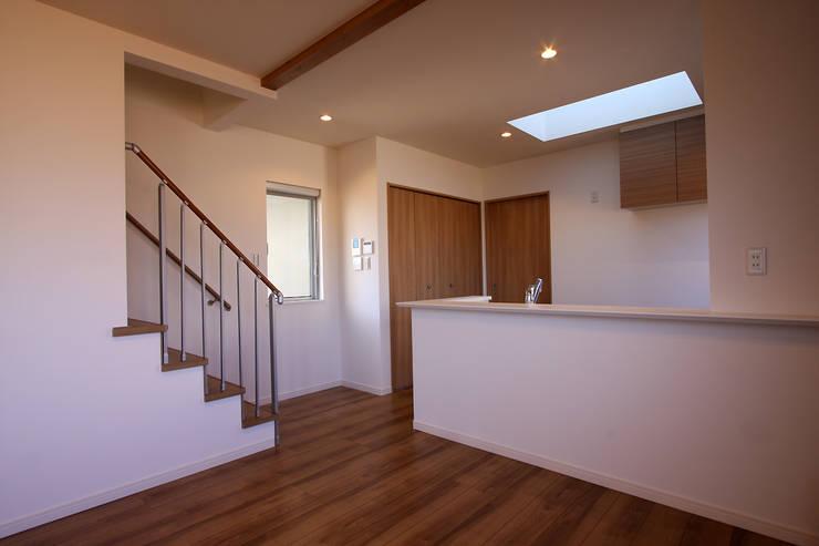Living room by 株式会社ハウジングアーキテクト建築設計事務所