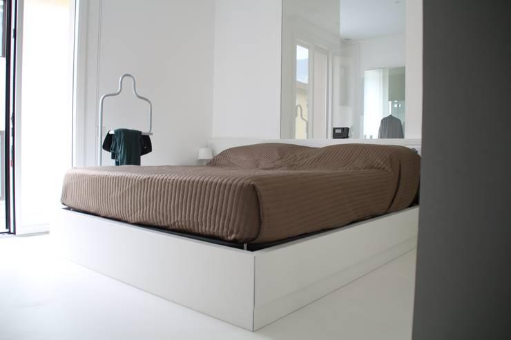 Minisuite: Camera da letto in stile  di Serenella Pari design