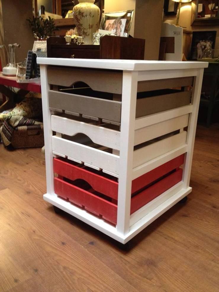 Mueble con cajones de colores: Hogar de estilo  de MUEBLES DE LA GRANJA