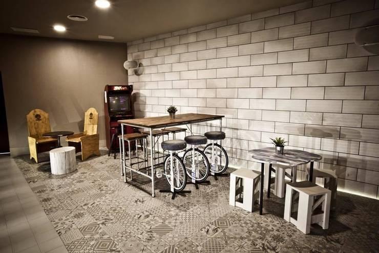 Espacio by La Credenza Estudio de Interiorismo. Mesas bajas y taburetes de Muebles de La Granja.: Bares y Clubs de estilo  de MUEBLES DE LA GRANJA