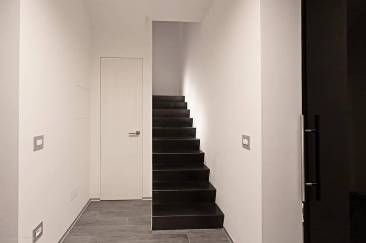private house 13003: Ingresso & Corridoio in stile  di piccola bottega di architettura