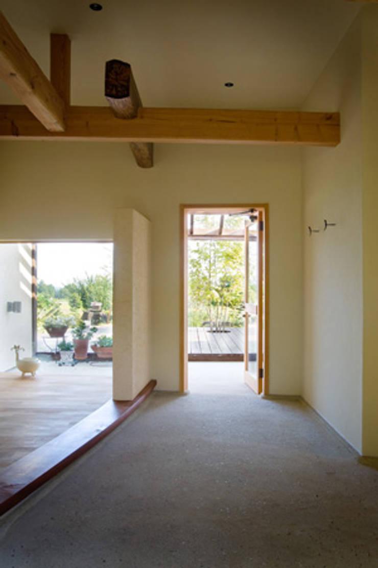 高根の舎Ⅰ‐2世帯をつなぐ土間: 有限会社中村建築事務所が手掛けた壁です。