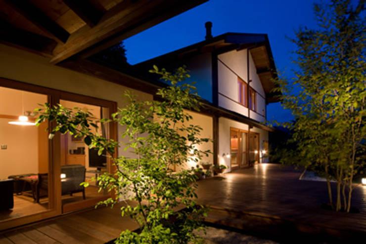 高根の舎Ⅰ‐外観(デッキ側より1): 有限会社中村建築事務所が手掛けた家です。
