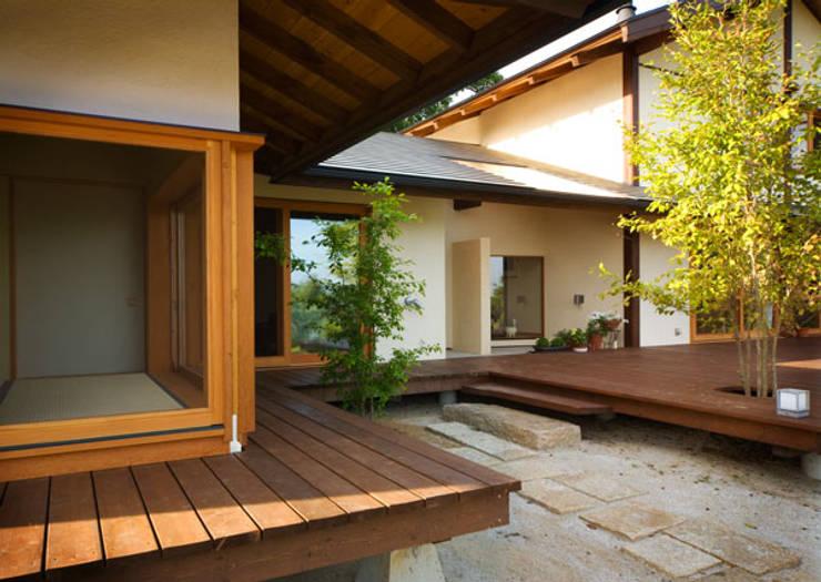 高根の舎Ⅰ‐外観(デッキ側より2): 有限会社中村建築事務所が手掛けた家です。