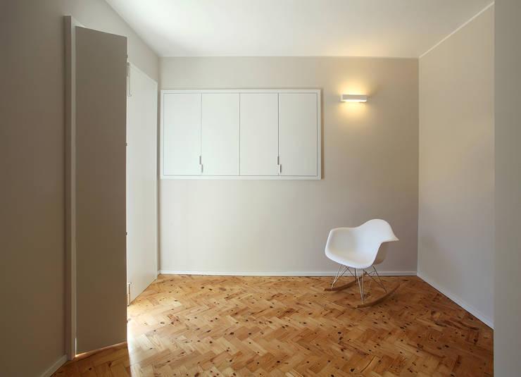 Duplex Olivais _ Reabilitação Arquitetura: Quartos modernos por Tiago Patricio Rodrigues, Arquitectura e Interiores